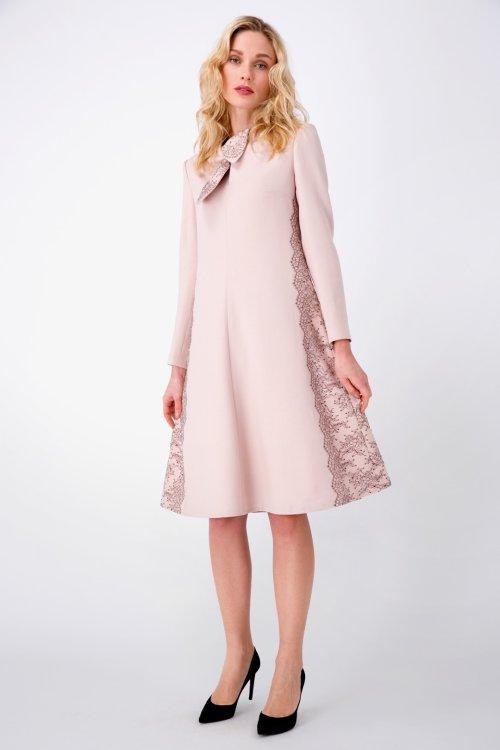 Светло-розовое платье А-силуэта с фигурным воротником, декорированное кружевом