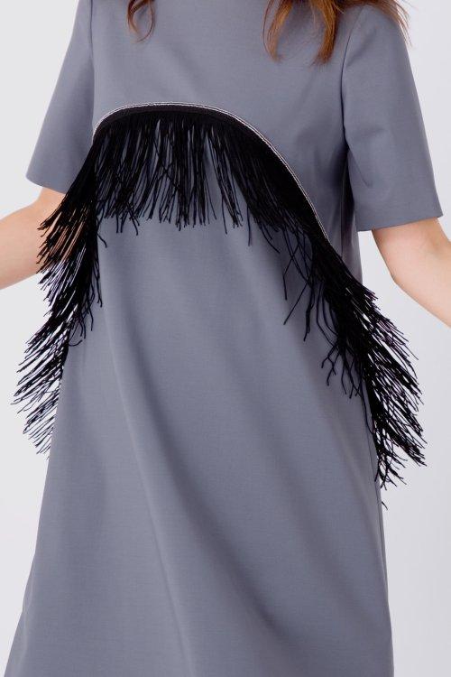 Серое платье-трапеция с бахромой