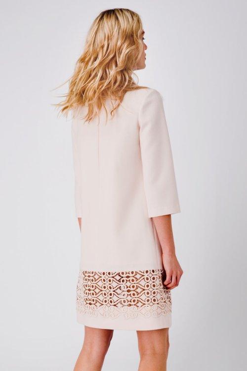 Прямое светло-розовое платье мини с отделкой кружевом