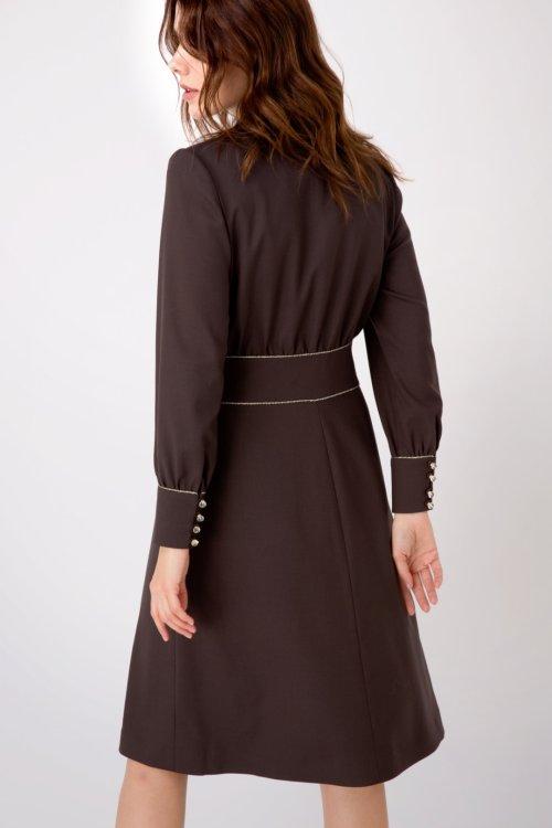 Коричневое платье с V-образным вырезом, декорированное тесьмой