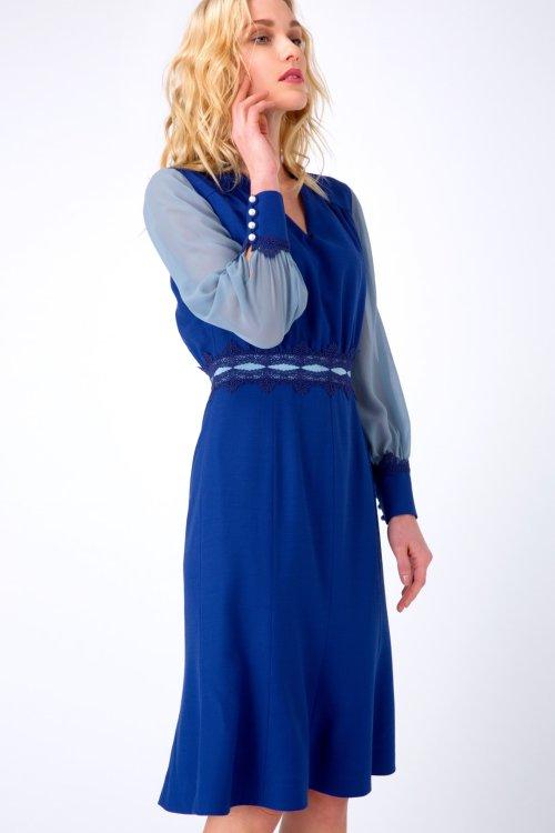 Синее платье миди с монохромными рукавами и расклешенной юбкой