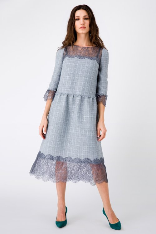 Серое платье миди в стиле Шанель, декорированное кружевом