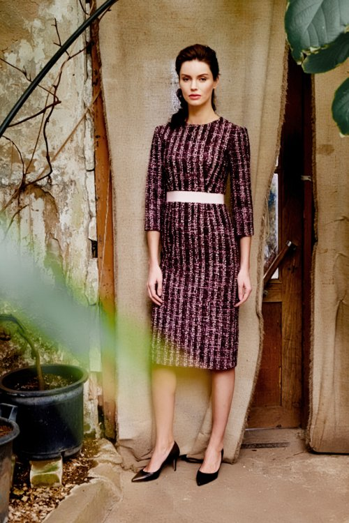 Бордовое платье-футляр с розовым репсовым поясом