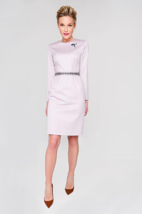 Лиловое платье-футляр с репсовым поясом и брошью