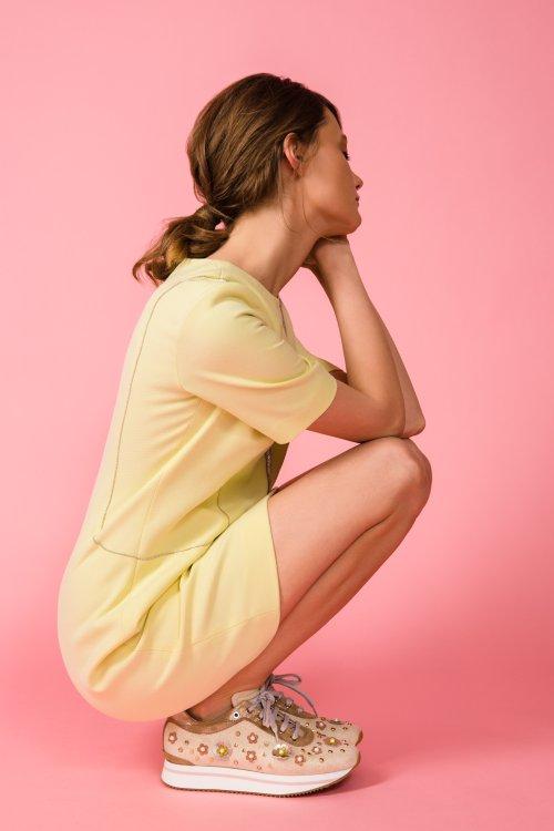 Желтое платье прямого силуэта