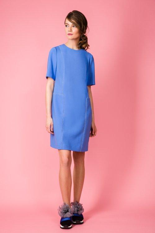 Голубое платье прямого силуэта