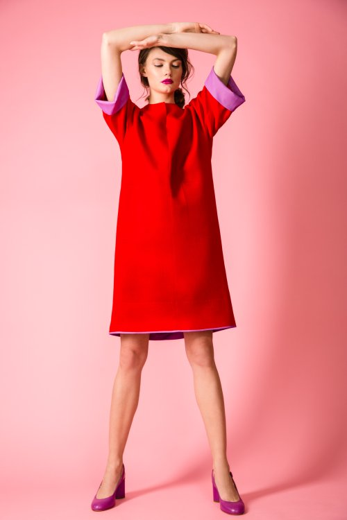 Прямое красное платье с фигурным вырезом и цельновыкроенными рукавами.