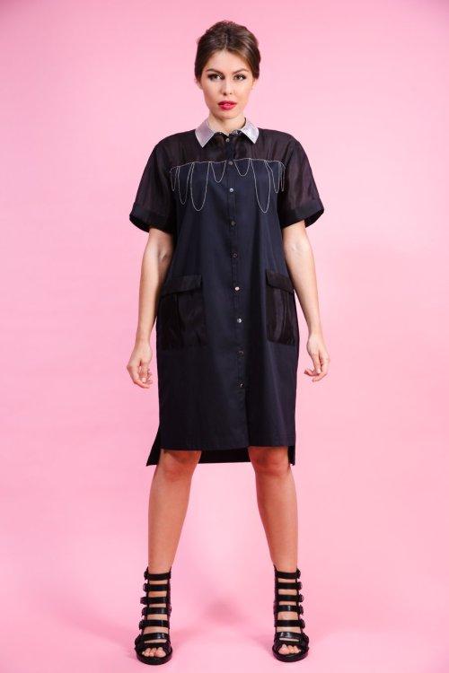 Черное платье-рубашка, декорированное цепочками и контрастным воротником