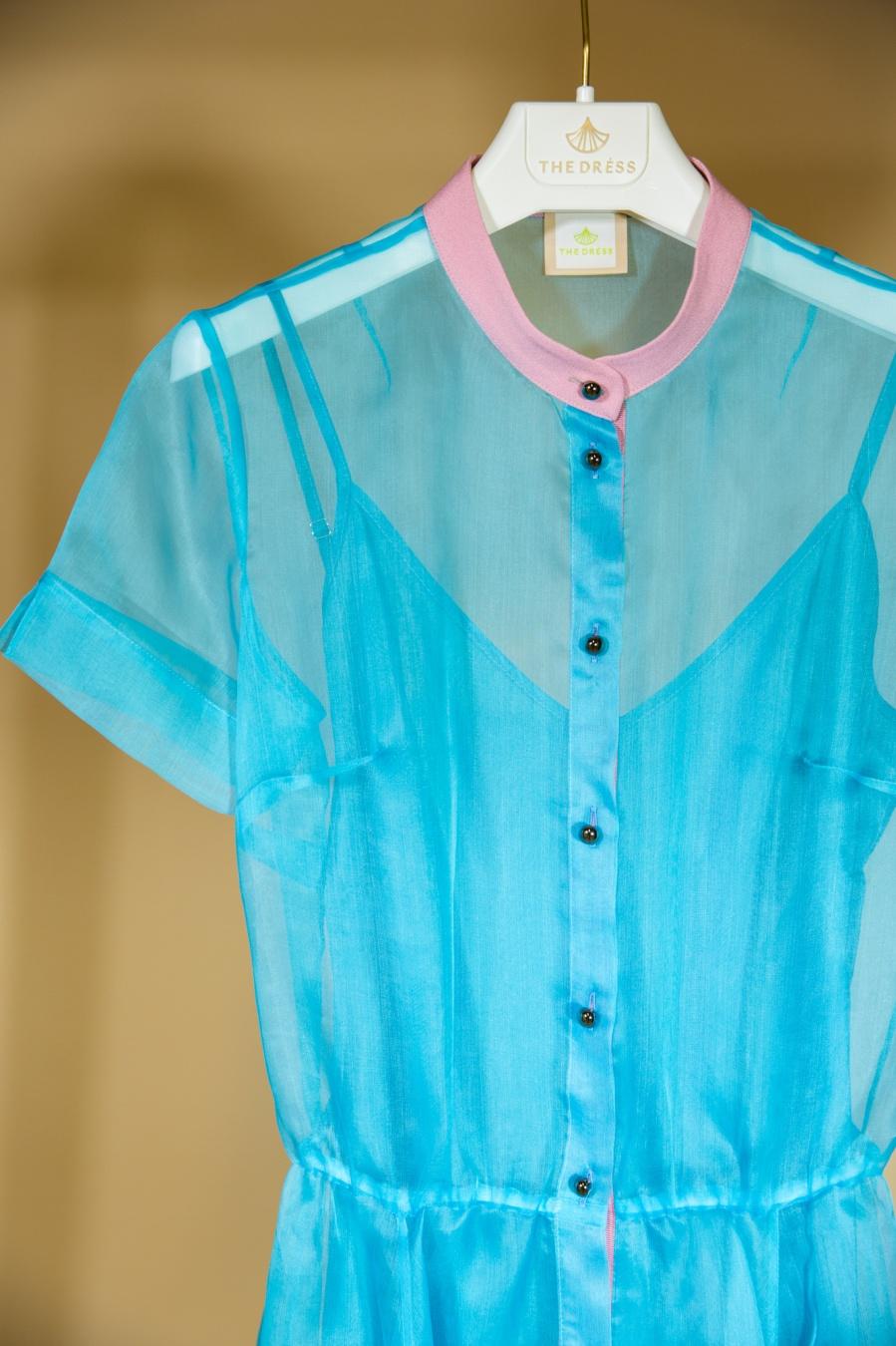 Приталенное платье из голубой органзы с розовыми клапанами и стойкой