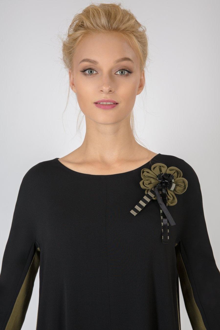 Черное платье свободного силуэта с лампасами и декоративным цветком
