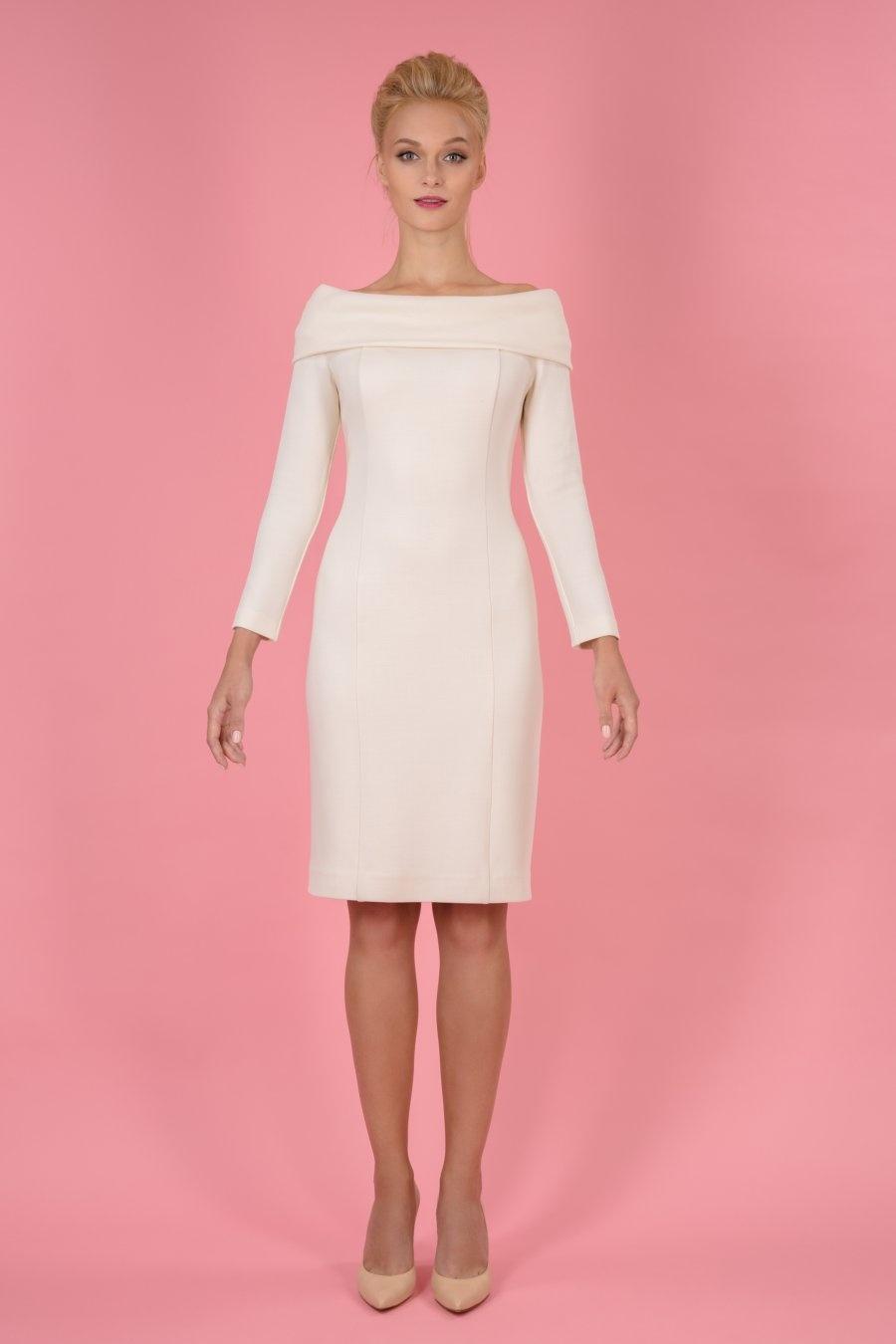 Платье прилегающего силуэта со спущенными плечами
