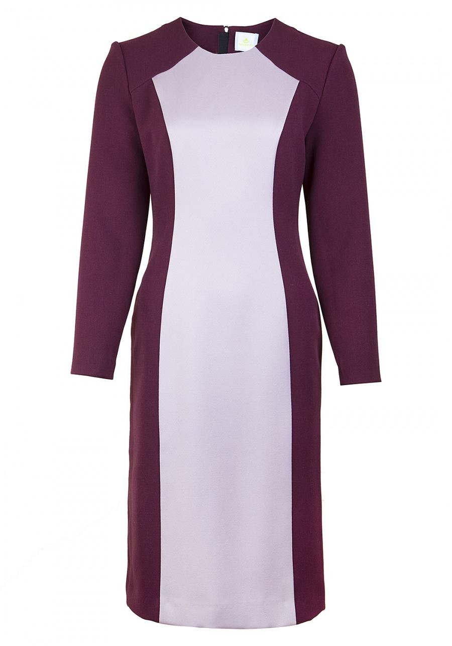 Бордовое платье прилегающего силуэта с рельефами и контрасной вставкой по переду.