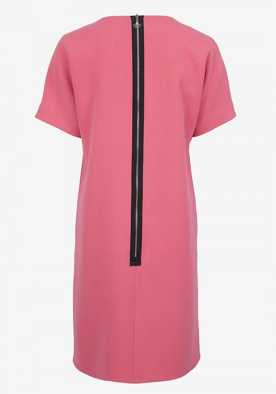 Пастельно-розовое платье шифт с декоративным цветком цельновыкроенным с рукавом