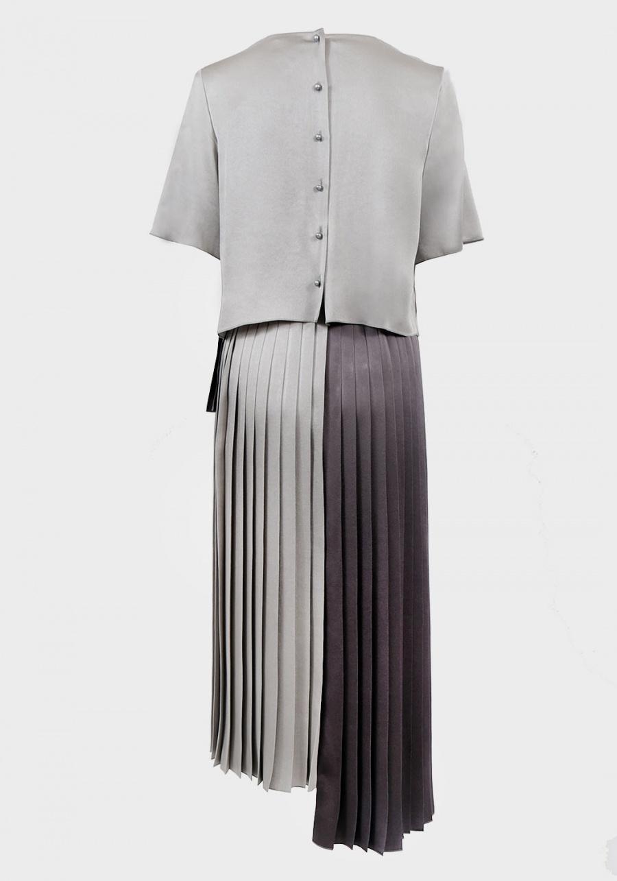 Серое платье с разноуровневой юбкой плиссе и декоративным эластичным поясом