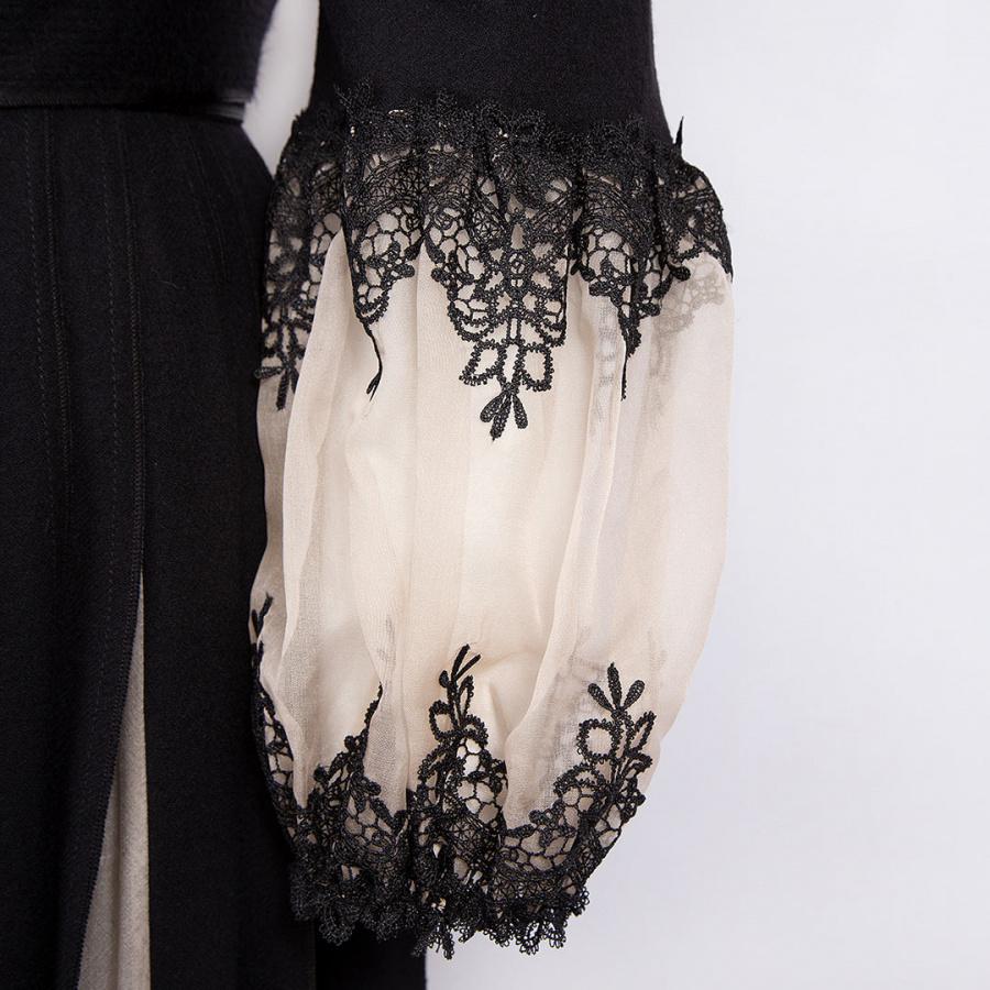 Черное платье с юбкой с клиньями.