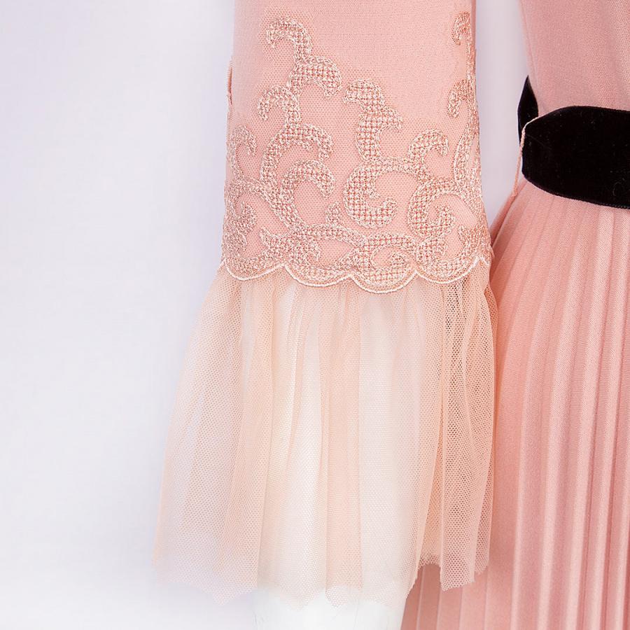Розовое платье с юбкой гофре