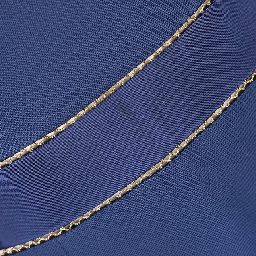 Синее платье с декоративной отделкой по швам втачивания рукавов и по талии.