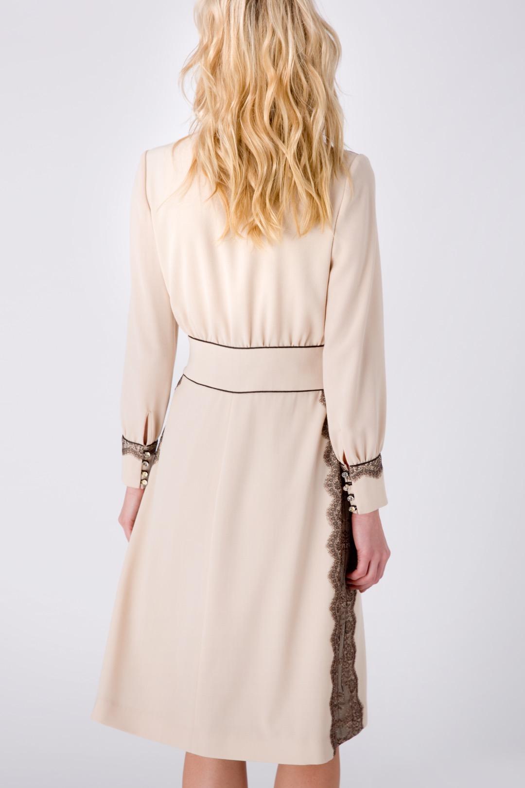 Бежевое платье с V-образным вырезом, декорированное кружевом