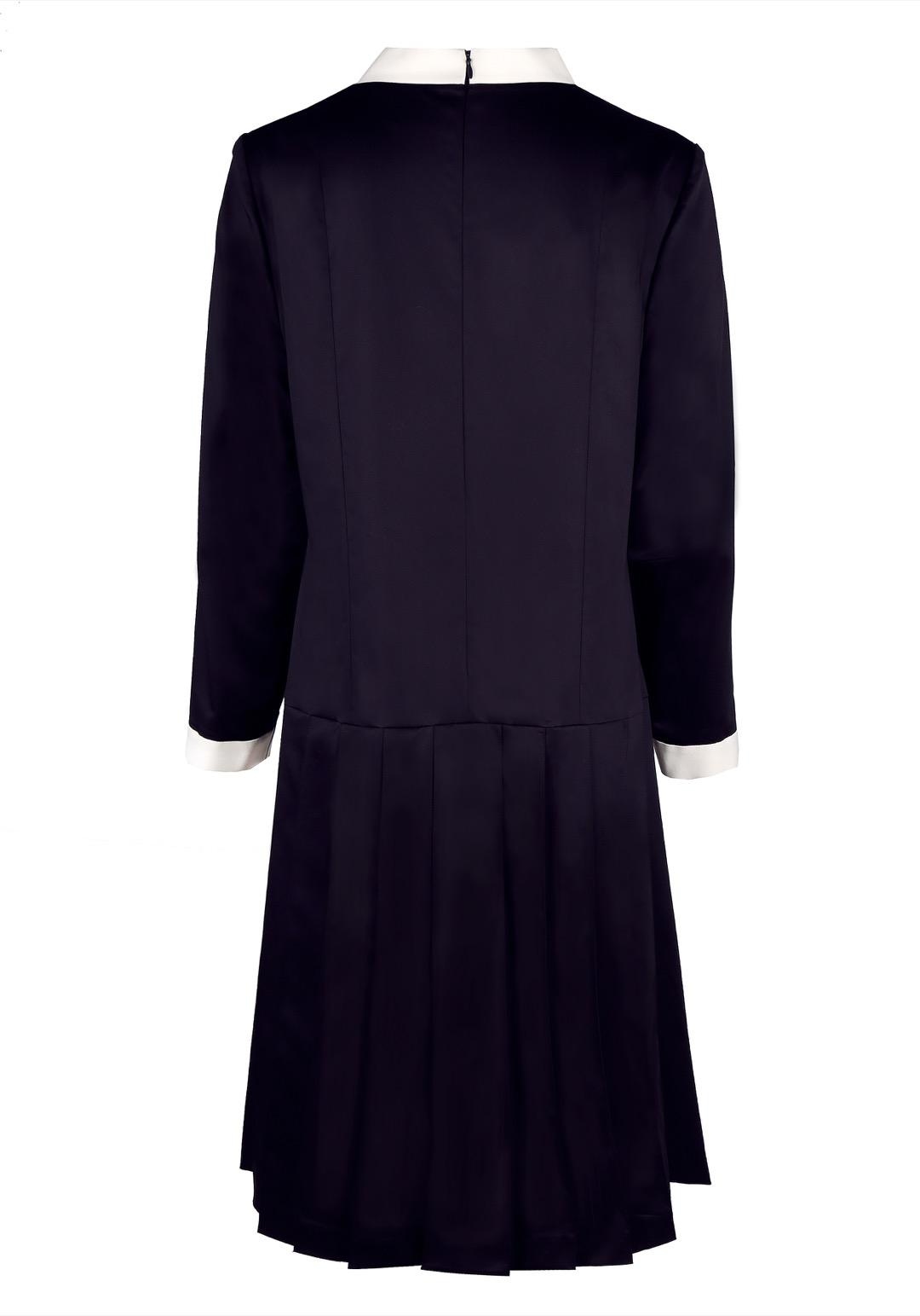 Темно-синее платье с белой планкой и юбкой в складку