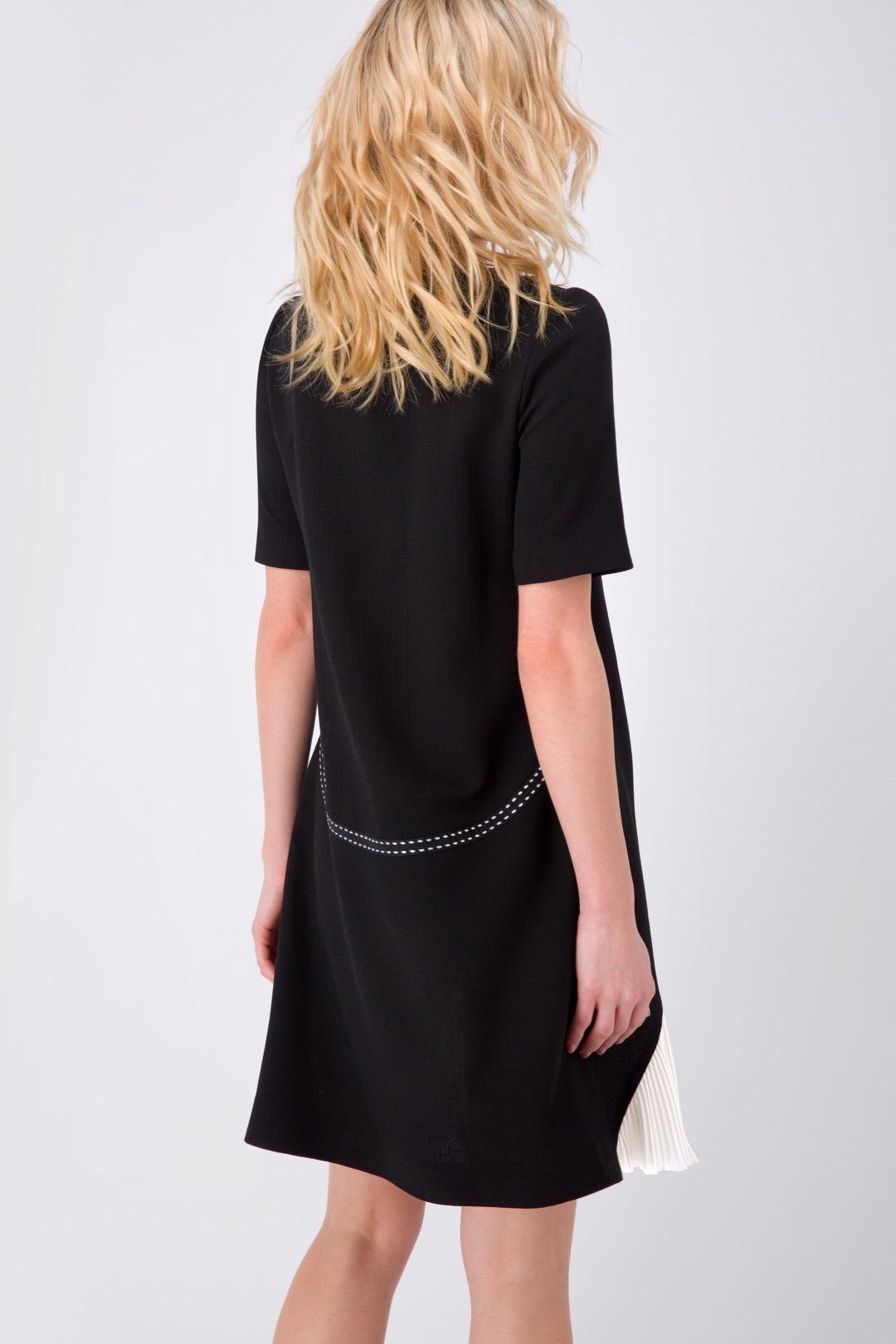 Черное платье-трапеция с тесьмой и плиссированной деталью