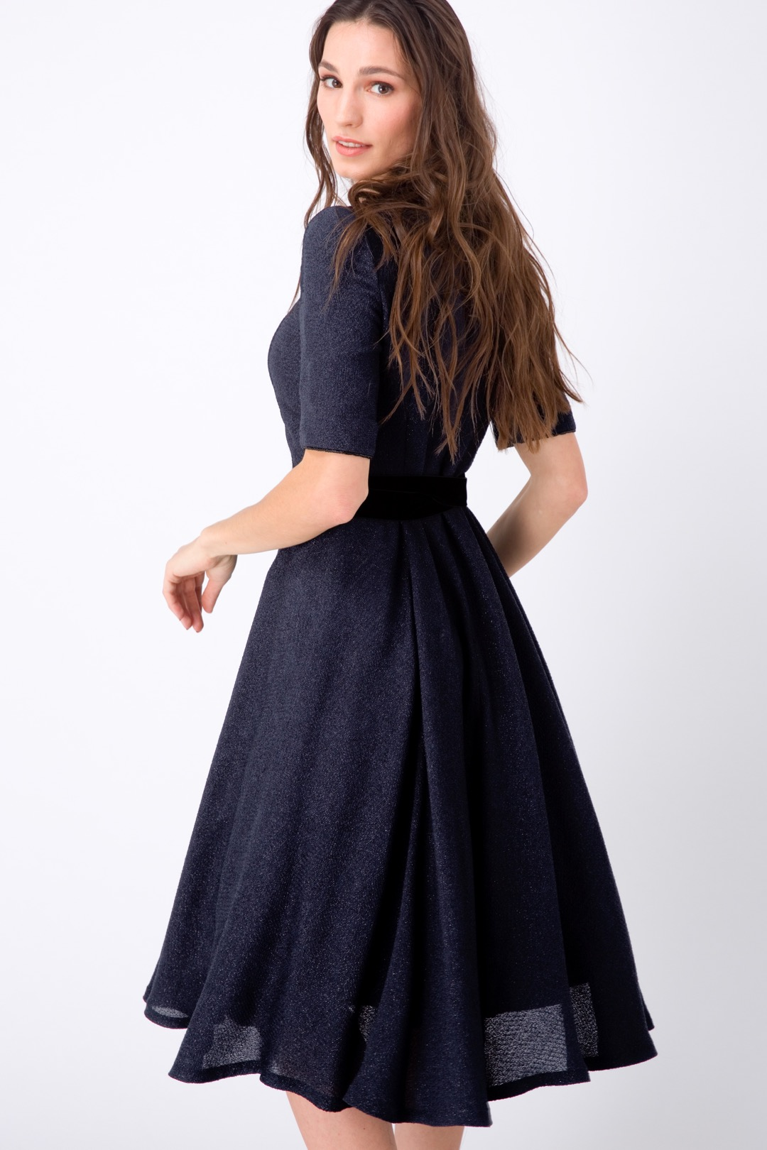 Синее приталенное платье миди с эффектом мерцания и бархатным поясом