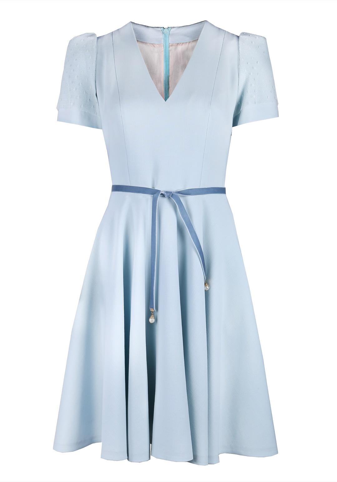 Голубое приталенное платье мини с бархатным поясом