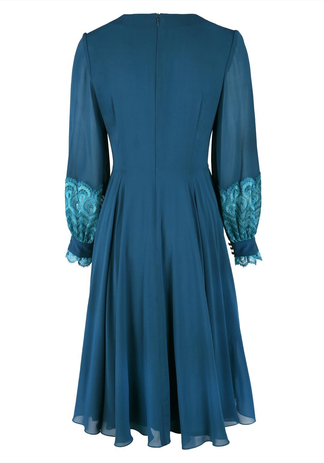 Бирюзовое приталенное платье с декоративным кружевом на рукавах