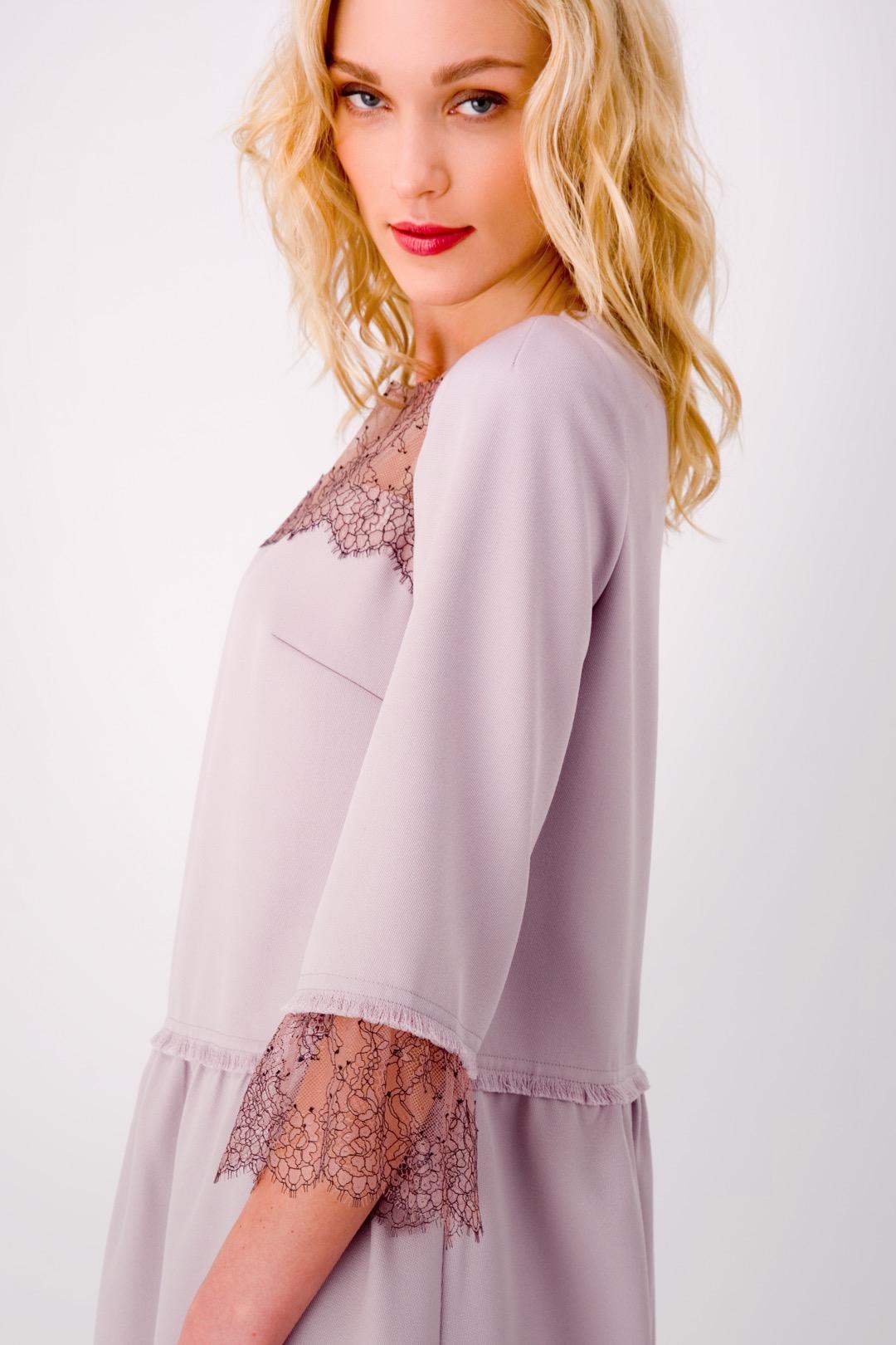 Сиреневое платье миди в стиле Шанель, декорированное кружевом