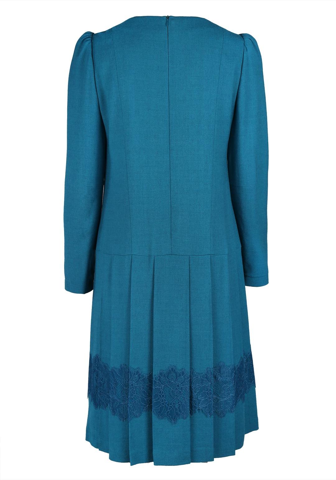 Бирюзовое платье с юбкой в складку, декорированной кружевом