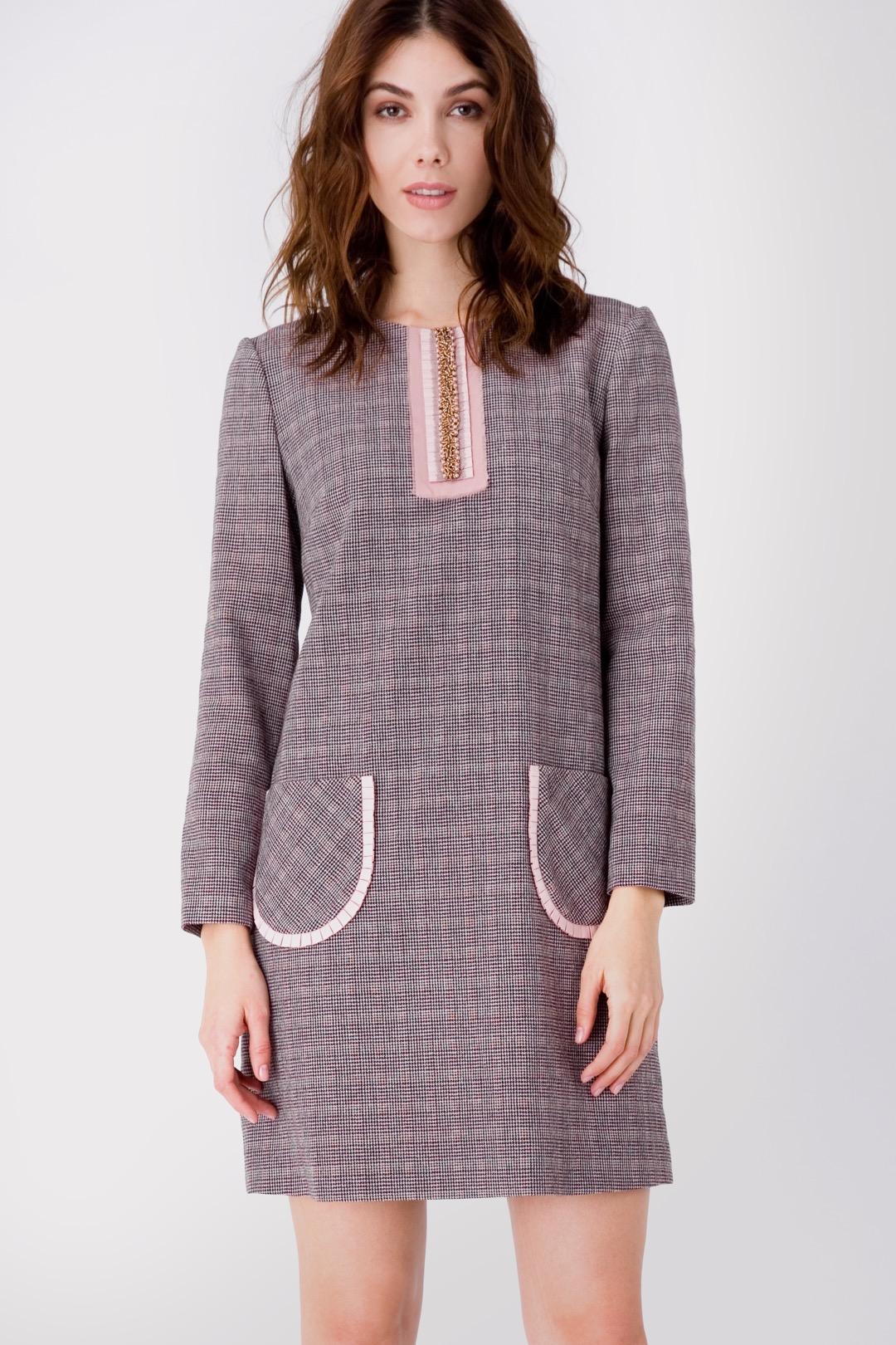 Прямое светло-розовое платье мини с накладными карманами