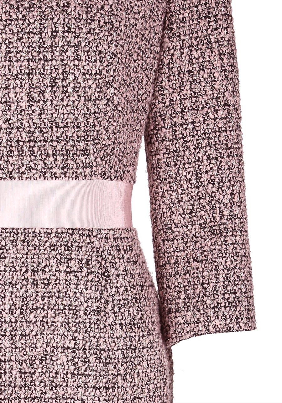 Светло-розовое платье-футляр с репсовым поясом