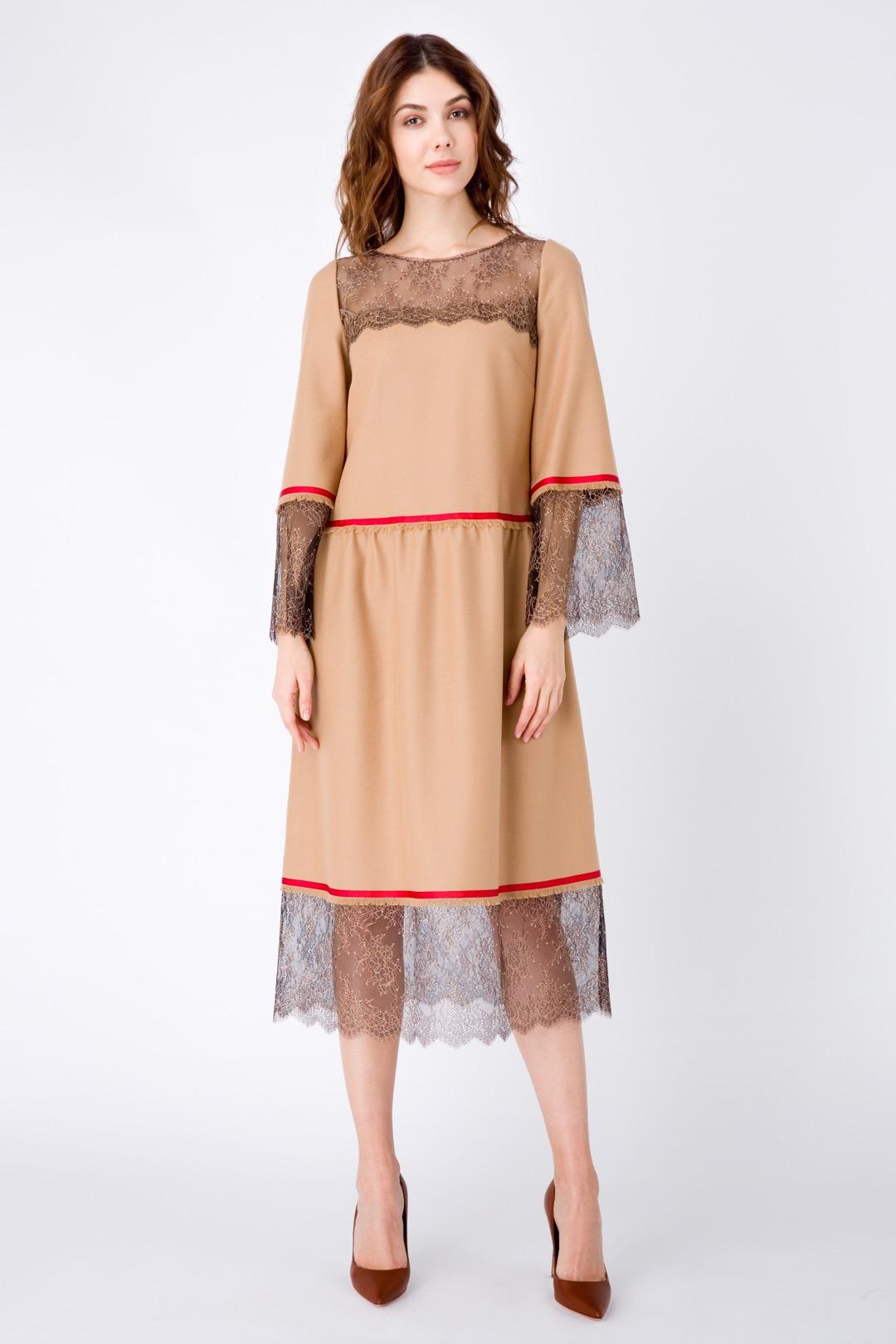 Песочное платье миди в стиле Шанель, декорированное кружевом и тесьмой