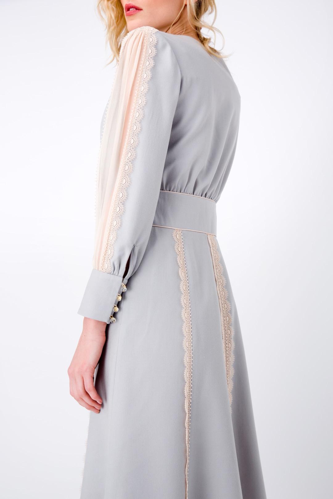 Серо-голубое  платье с V-образным вырезом, декорированное кружевом