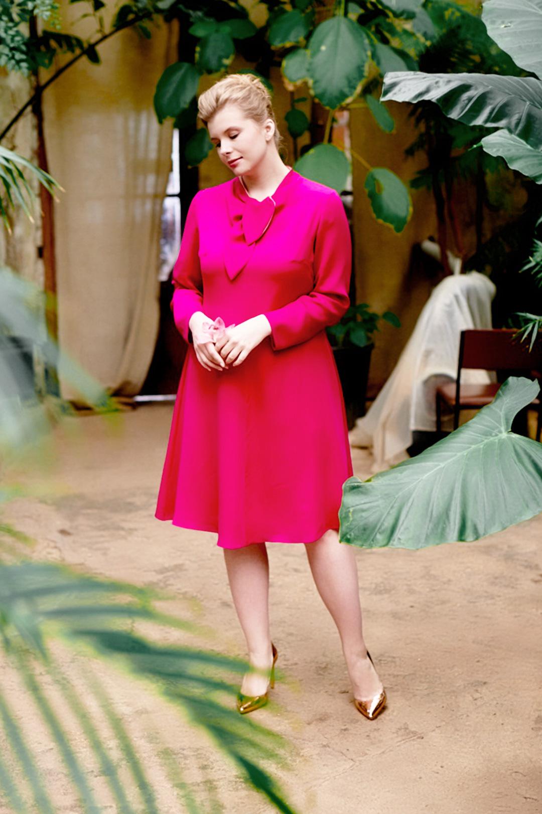 Малиновое платье А-силуэта с фигурным воротником и контрастной обтачкой