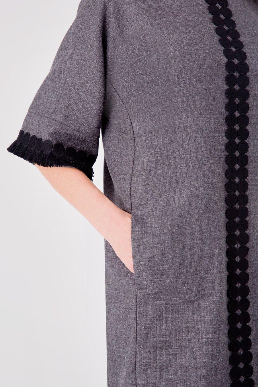Прямое серое платье с отделкой бахромой