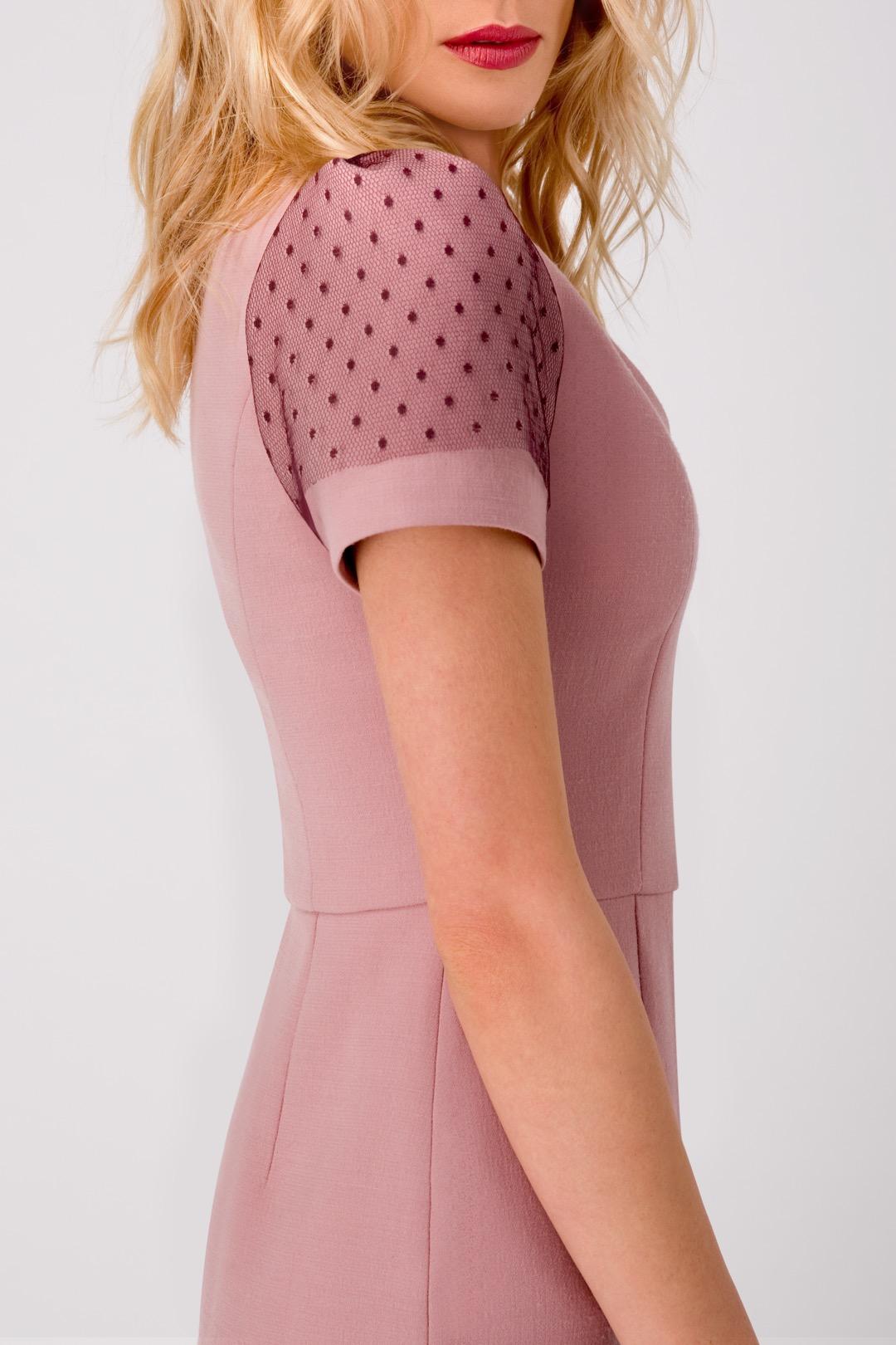 Розовое платье-русалка с декоративным кружевом на рукавах