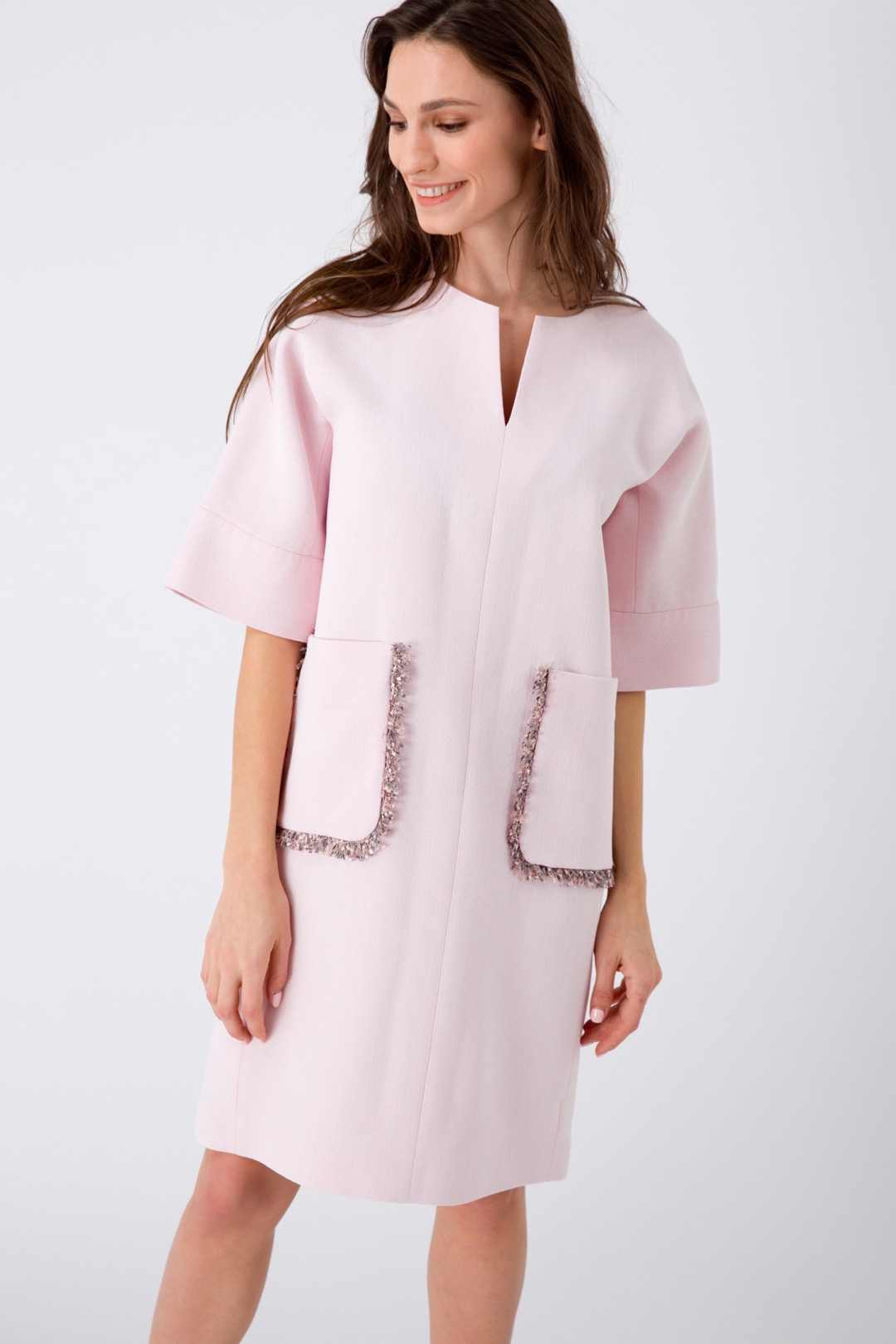 Прямое розовое платье с накладными карманами