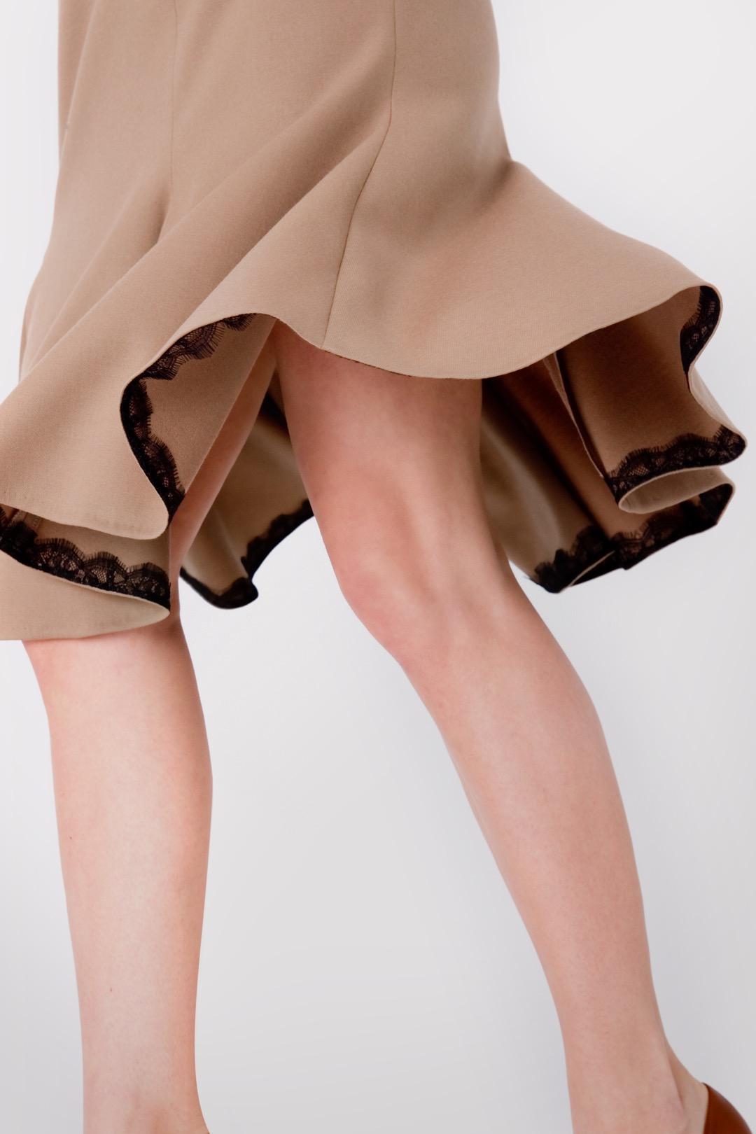 Песочное платье миди с декоративной вставкой на груди и расклешенной юбкой