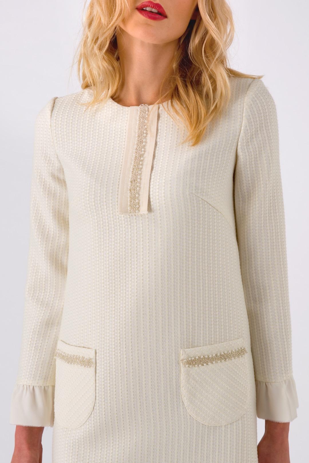 Белое прямое платье мини с накладными карманами и оборкой
