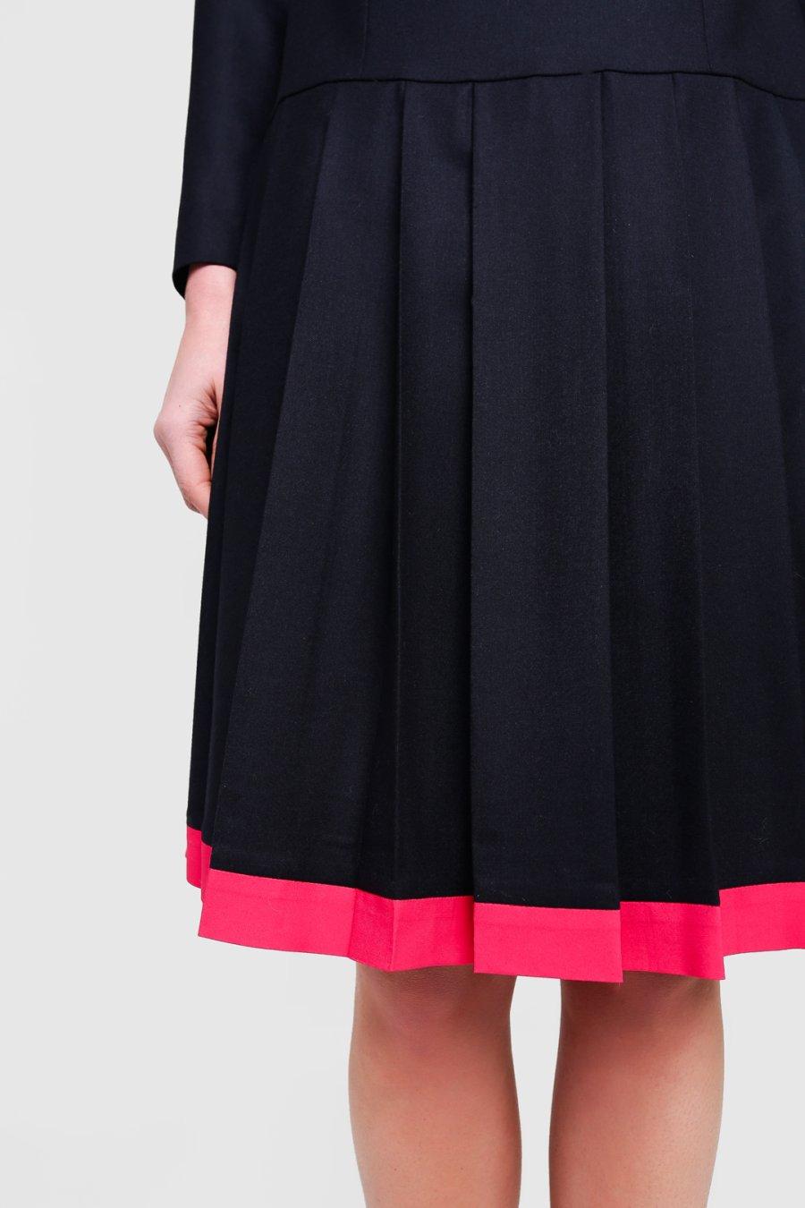 Черное платье с розовым воротником и юбкой в складку.