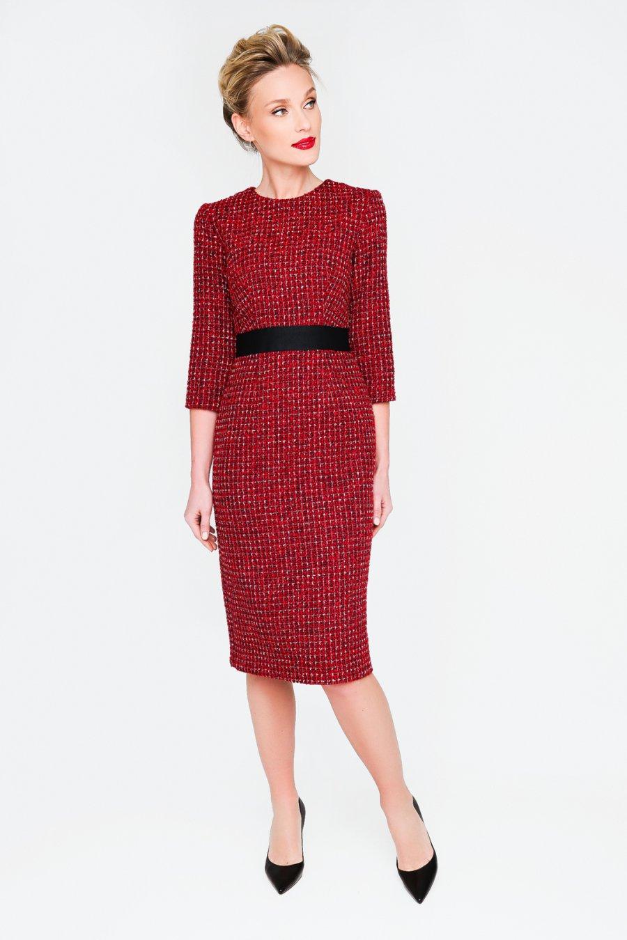 Красное платье-футляр с черным репсовым поясом