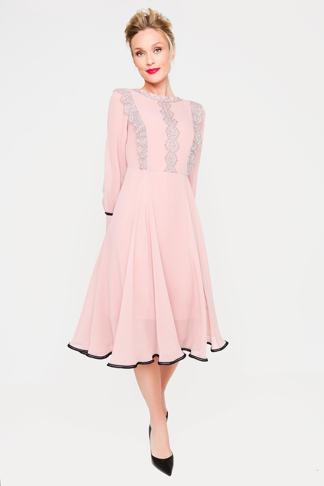 Розовое приталенное платье с декоративным кружевом