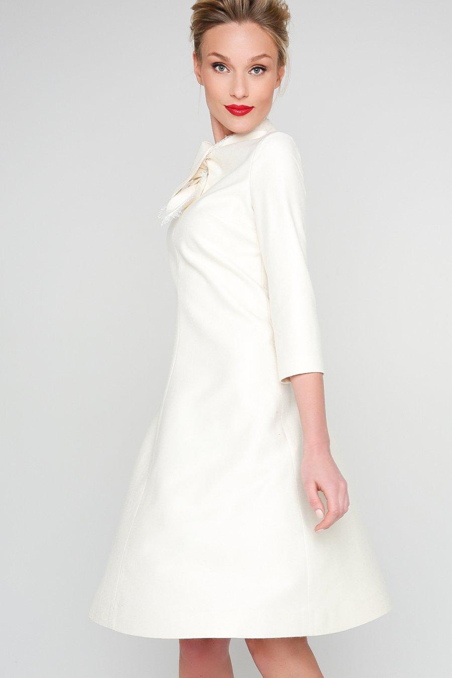 Белое платье А-силуэта с фигурным воротником, декорированным кружевом