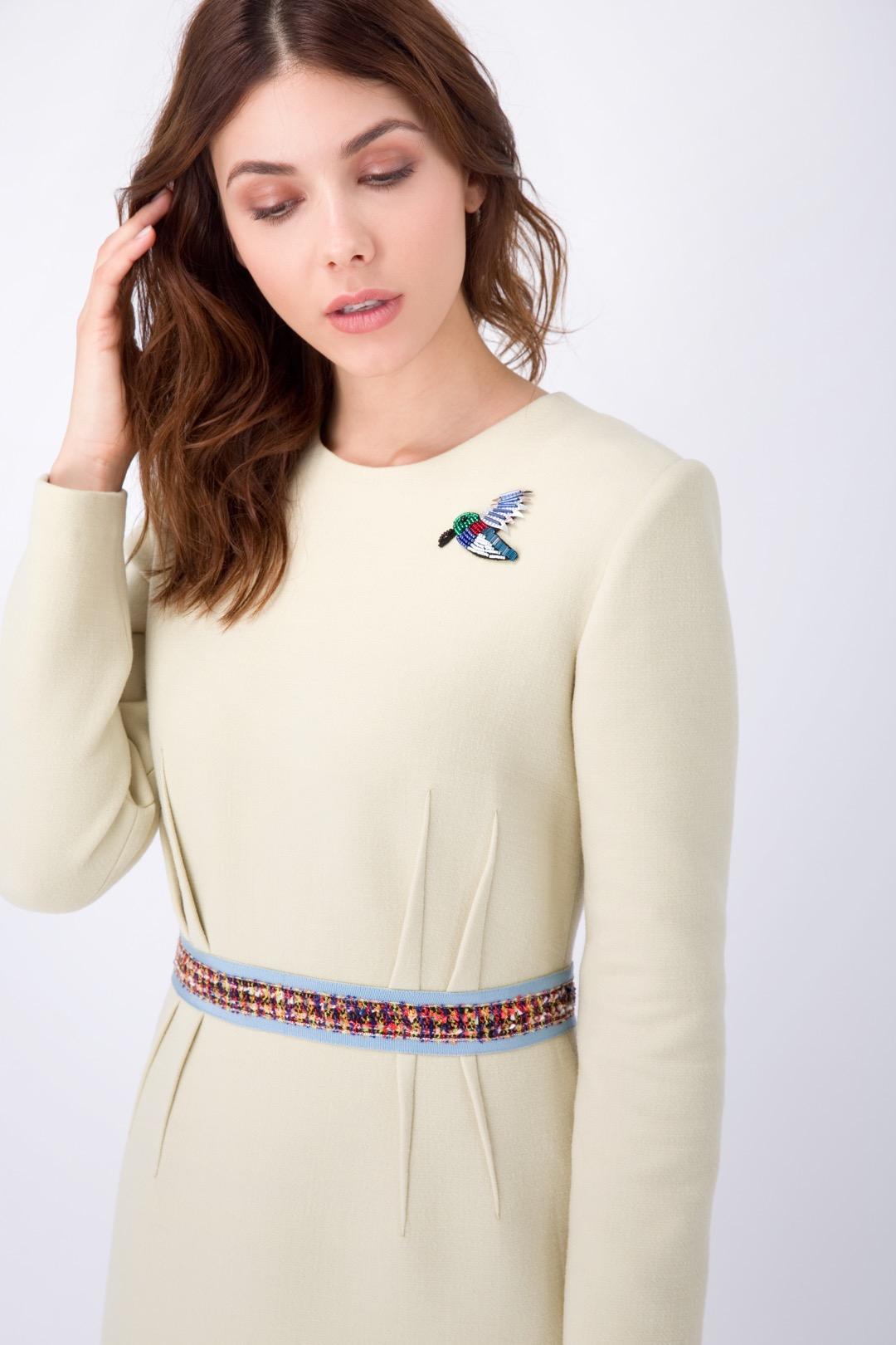 Горчичное платье-футляр с репсовым поясом и брошью