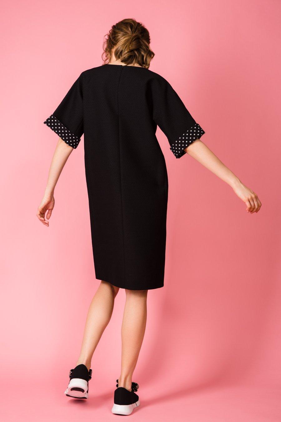 Прямое черное платье с обтачкой в горошек.