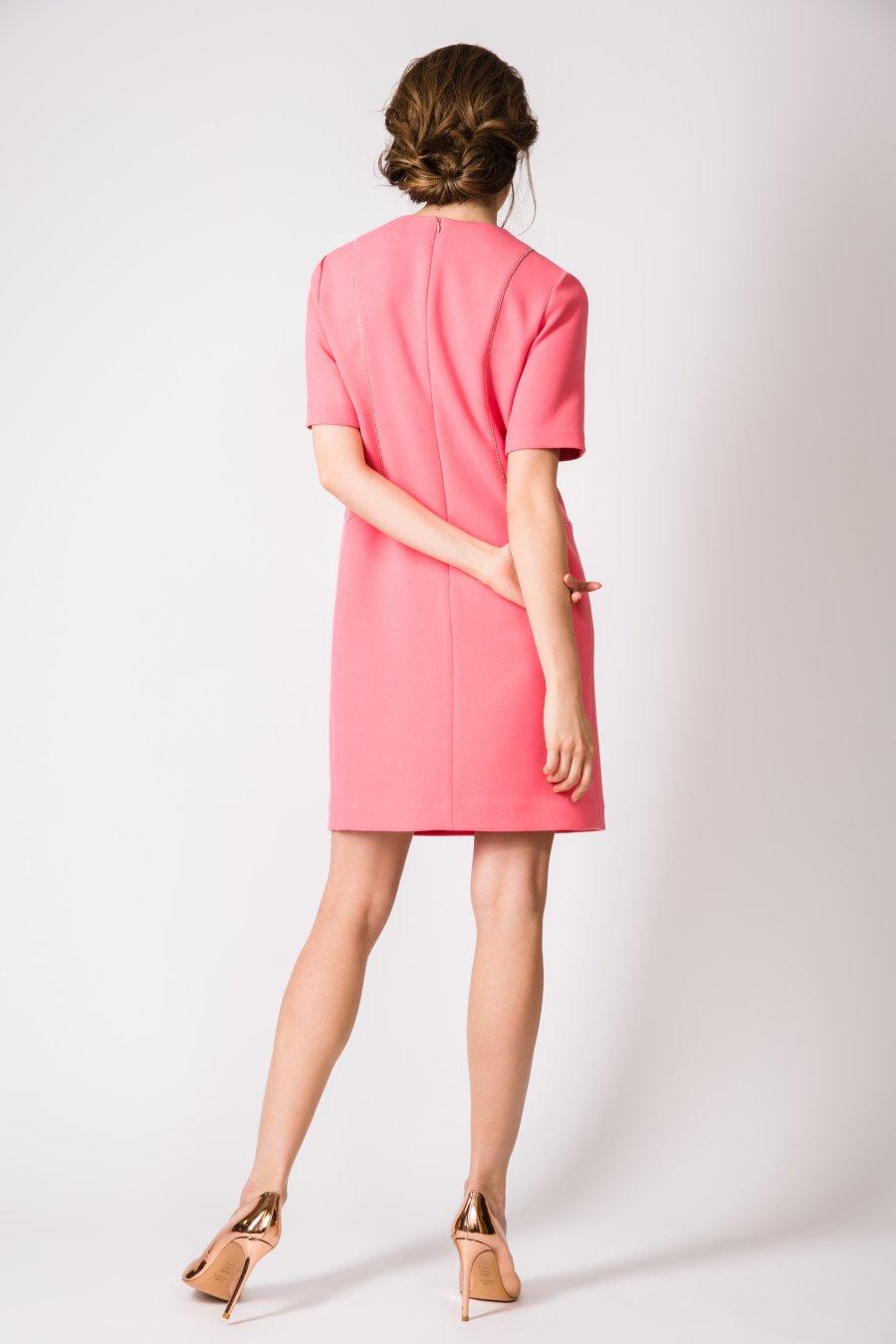 Розовое платье прямого силуэта с легким прогибом в области талии