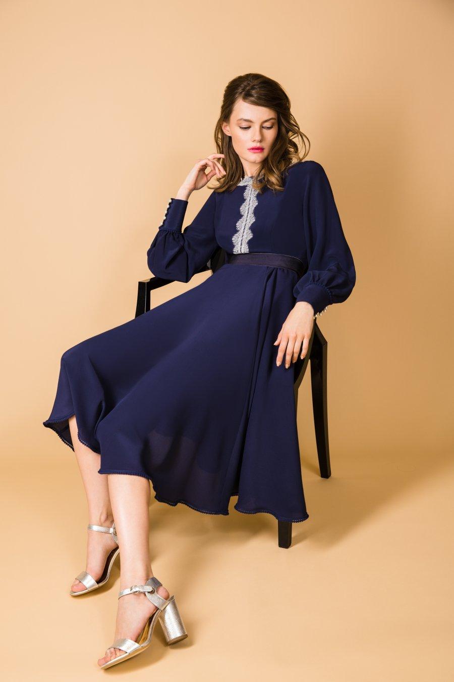 Синее приталенное платье декорированное кружевом