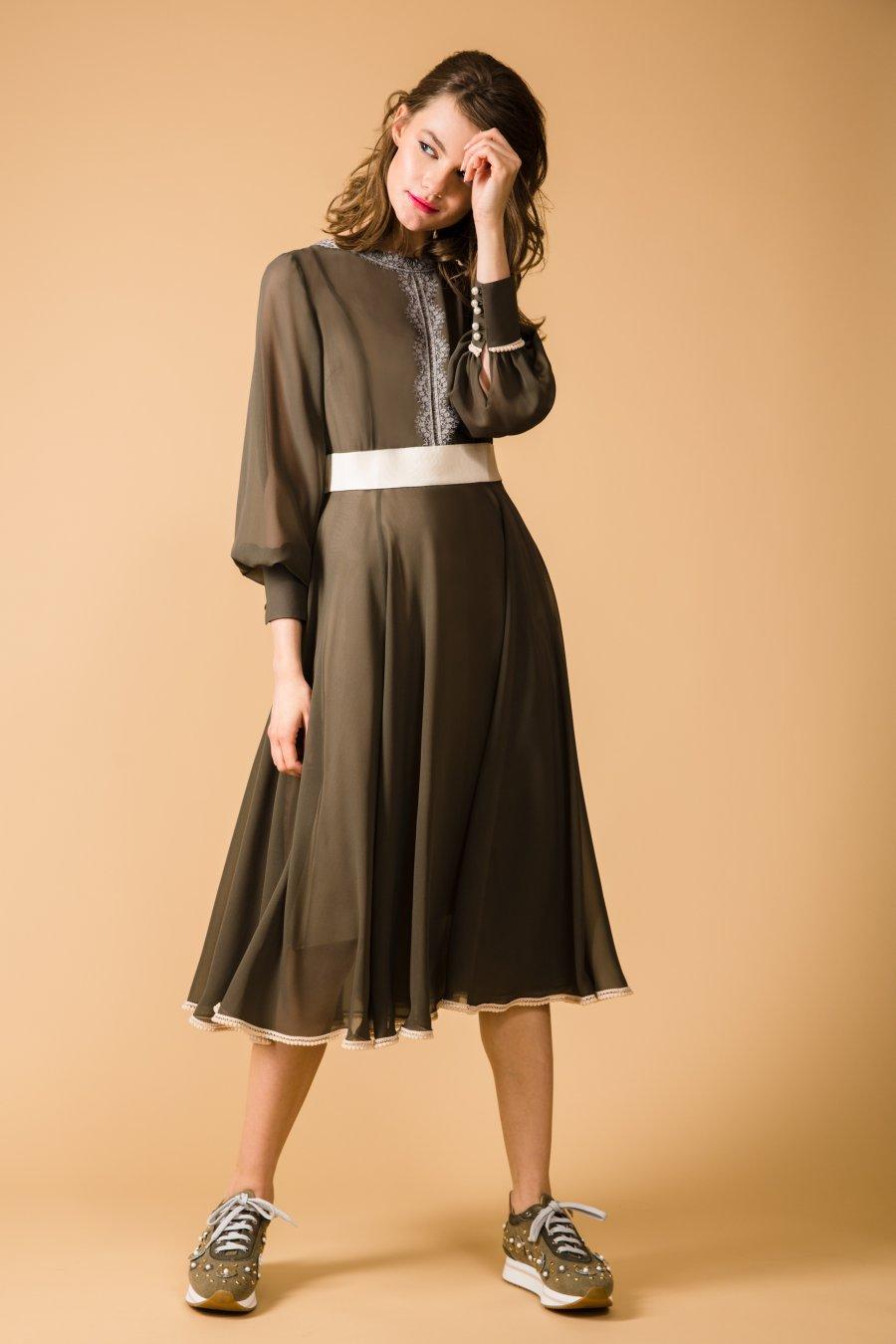Приталенное платье цвета хакки, декорированное кружевом