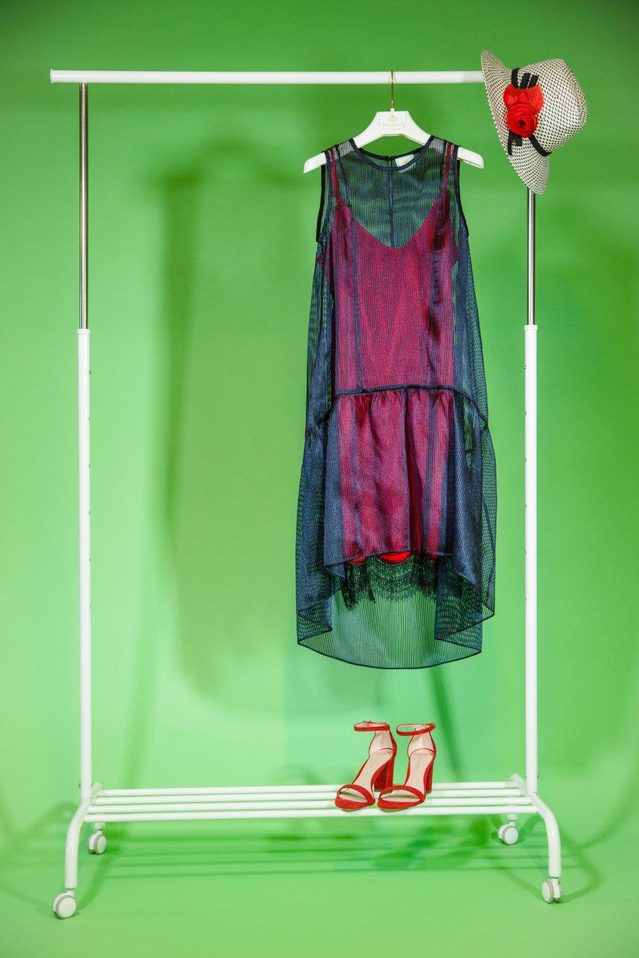 Прямое графичное двуслойное платье с красной основой декорированной  кружевом