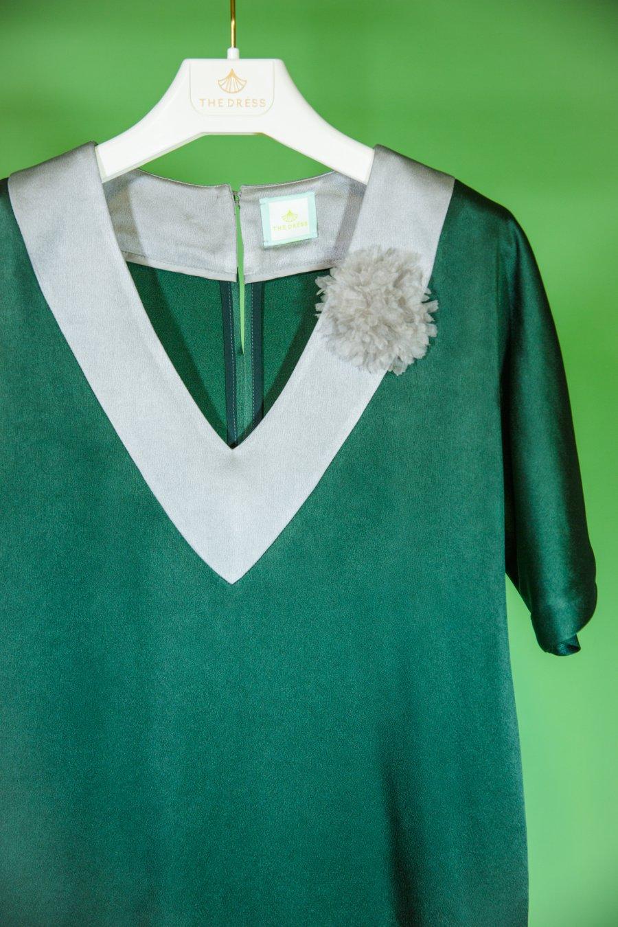 Зеленое прямое платье с цельновыкроенным рукавом и серой жемчужной отделкой по низу и горловине